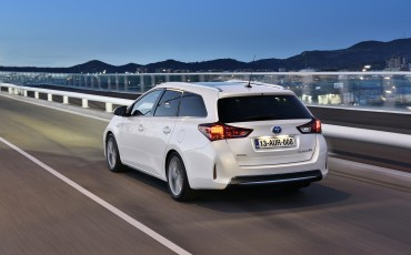 1302-06-Toyota_Auris_Touring_Sports.jpg