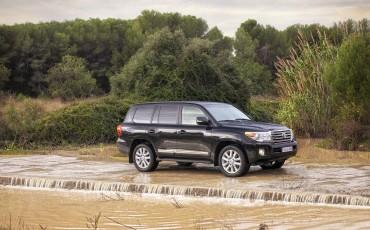 2012-04- Land Cruiser V8 zijaanzicht water