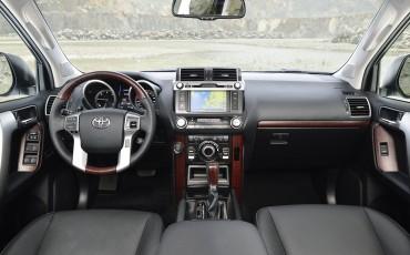 2013_08_26-06-Toyota-Land-Cruiser-2013-interieur.jpg