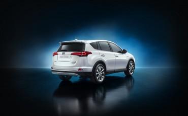 20150402-03-Nieuwe-Toyota-RAV4-Hybrid-heeft-standaard-All-Wheel-Drive.jpg