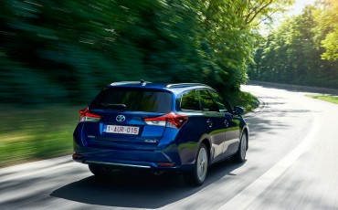 20150602-02-Nieuwe-Toyota-Auris-de-enige-14-procent-Wagon-met-standaard-automaat-en-up-to-date-actieve-veiligheid-Touring-Sports.jpg