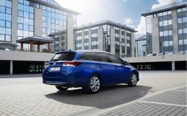 20150602-14-Nieuwe-Toyota-Auris-de-enige-14-procent-Wagon-met-standaard-automaat-en-up-to-date-actieve-veiligheid-Touring-Sports.jpg