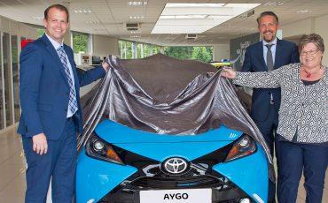 Hoofdprijs Toyota APK Kenteken Loterij 2017 uitgereikt aan trotse winnares: een gloednieuwe Toyota AYGO x-wave