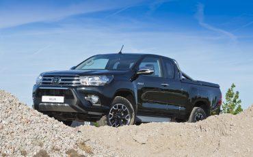01-Toyota-Hilux-Black-Platinum