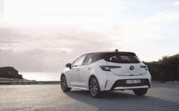 02-Toyota-Corolla-HB-1_8L-White-Bi-Tone