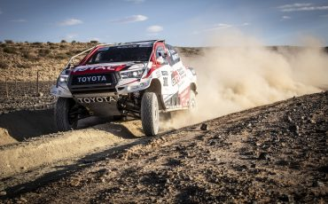 03-Fernando-Alonso-test-rally-skills-in-winnende-Toyota-Hilux-van-Dakar-2019