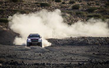 04-Fernando-Alonso-test-rally-skills-in-winnende-Toyota-Hilux-van-Dakar-2019