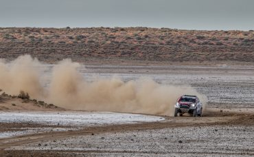 06-Fernando-Alonso-test-rally-skills-in-winnende-Toyota-Hilux-van-Dakar-2019