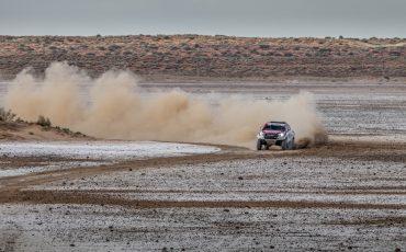 07-Fernando-Alonso-test-rally-skills-in-winnende-Toyota-Hilux-van-Dakar-2019