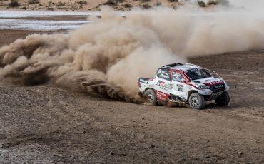 08-Fernando-Alonso-test-rally-skills-in-winnende-Toyota-Hilux-van-Dakar-2019