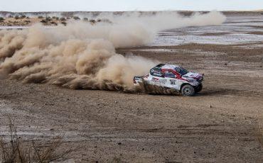09-Fernando-Alonso-test-rally-skills-in-winnende-Toyota-Hilux-van-Dakar-2019