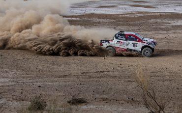 10-Fernando-Alonso-test-rally-skills-in-winnende-Toyota-Hilux-van-Dakar-2019