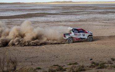 11-Fernando-Alonso-test-rally-skills-in-winnende-Toyota-Hilux-van-Dakar-2019