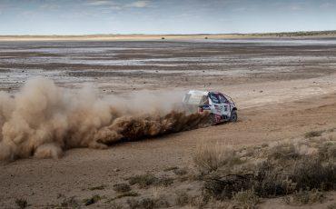 12-Fernando-Alonso-test-rally-skills-in-winnende-Toyota-Hilux-van-Dakar-2019