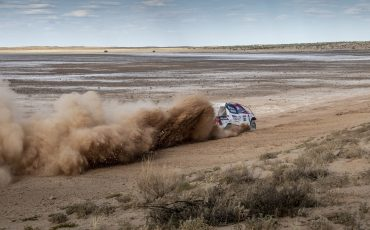 13-Fernando-Alonso-test-rally-skills-in-winnende-Toyota-Hilux-van-Dakar-2019