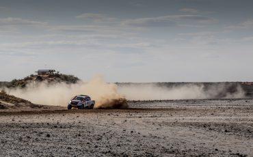 14-Fernando-Alonso-test-rally-skills-in-winnende-Toyota-Hilux-van-Dakar-2019