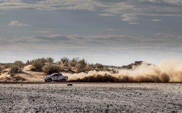 15-Fernando-Alonso-test-rally-skills-in-winnende-Toyota-Hilux-van-Dakar-2019