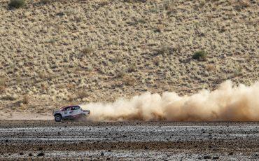 17-Fernando-Alonso-test-rally-skills-in-winnende-Toyota-Hilux-van-Dakar-2019