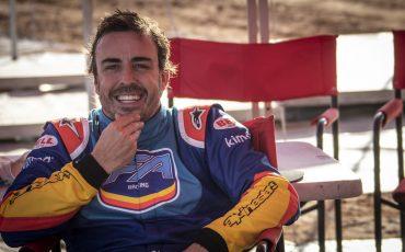 18-Fernando-Alonso-test-rally-skills-in-winnende-Toyota-Hilux-van-Dakar-2019