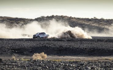 20-Fernando-Alonso-test-rally-skills-in-winnende-Toyota-Hilux-van-Dakar-2019