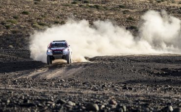 21-Fernando-Alonso-test-rally-skills-in-winnende-Toyota-Hilux-van-Dakar-2019