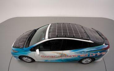 Toyota test deels op zonne-energie rijdende Prius