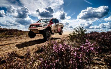 04-Fernando-Alonso-en-Toyota-GAZOO-Racing-brengen-rallytraining-op-hoger-plan
