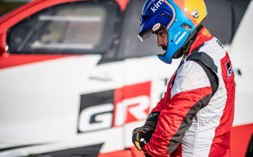 05-Fernando-Alonso-en-Toyota-GAZOO-Racing-brengen-rallytraining-op-hoger-plan