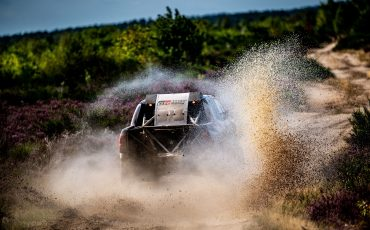 06-Fernando-Alonso-en-Toyota-GAZOO-Racing-brengen-rallytraining-op-hoger-plan