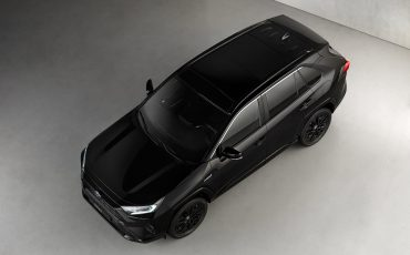 04-Toyota-RAV4-Hybrid-Black-Edition-stijlvol-zwart-voor-populaire-SUV