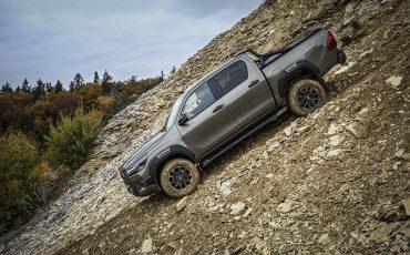 37-Vernieuwde-Toyota-Hilux-meer-power-verbeterde-prestaties-on-en-offroad