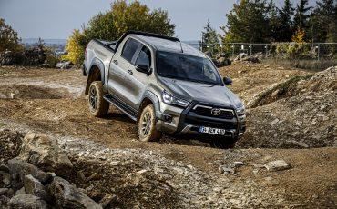 38-Vernieuwde-Toyota-Hilux-meer-power-verbeterde-prestaties-on-en-offroad