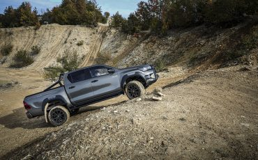 40-Vernieuwde-Toyota-Hilux-meer-power-verbeterde-prestaties-on-en-offroad