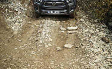 43-Vernieuwde-Toyota-Hilux-meer-power-verbeterde-prestaties-on-en-offroad